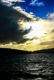 Nuvem enorme sobre a represa Imagem de Stock