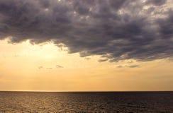 Nuvem escura pesada acima do mar Foto de Stock