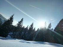 nuvem fria da opinião da paisagem natural do sol da neve da montanha fotografia de stock
