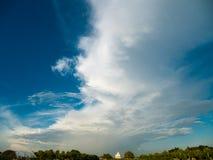 Nuvem grande, arco-íris pequeno Imagens de Stock