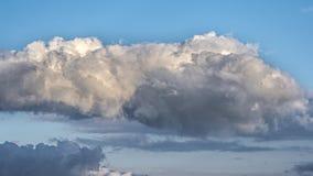 Nuvem grande bonita no céu azul Fotos de Stock