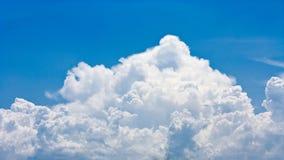 Nuvem grande em um céu azul Fotos de Stock Royalty Free