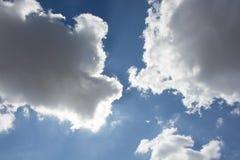 Nuvem grande no céu azul foto de stock