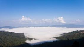 Nuvem grande no monte e no céu azul Imagens de Stock Royalty Free