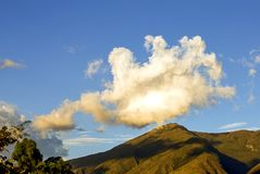 Nuvem grande sobre a montanha imagem de stock royalty free