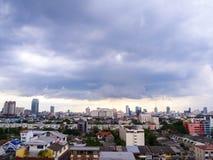 Nuvem grossa da chuva na cidade de Banguecoque, Tailândia Fotos de Stock