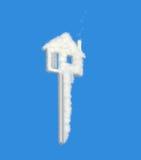 Nuvem ideal chave da casa no azul Fotografia de Stock Royalty Free