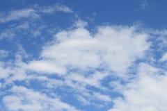 Nuvem inchado no céu azul Fotos de Stock Royalty Free
