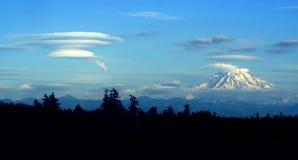 Nuvem Lenticular que dá forma a favor do vento do Mt. mais chuvoso fotos de stock royalty free