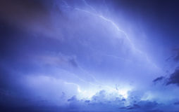 Nuvem maciça para moer a batida dos parafusos de relâmpago Fotos de Stock Royalty Free