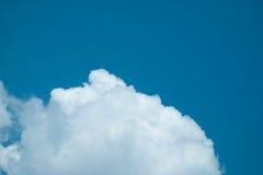 Nuvem macia branca no céu Fotos de Stock Royalty Free