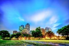 Nuvem movente no tempo crepuscular parque em Taipei, Taiwan , Construção fotografia de stock royalty free