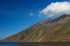 Nuvem na parte superior da montanha Fotos de Stock