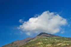 Nuvem na parte superior da montanha Fotos de Stock Royalty Free