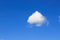 Nuvem no céu azul imagem de stock royalty free