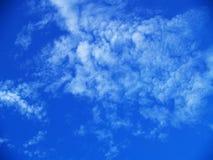Nuvem no fundo do céu azul Imagens de Stock