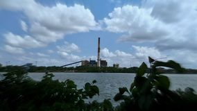 Nuvem que dispersa acima do rio de Hoogly imagens de stock