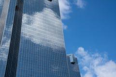 Nuvem que reflete na construção de vidro alta Fotos de Stock Royalty Free