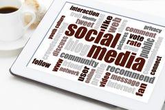 Nuvem social da palavra dos meios na tabuleta digital Fotos de Stock