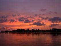 A nuvem vermelha do céu do por do sol reflete no rio Fotografia de Stock