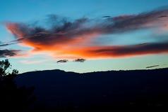 Nuvem vermelha iluminada pela última luz do sol imagens de stock royalty free