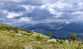 Nuvems tempestuosa sobre as montanhas durante a subida Foto de Stock Royalty Free