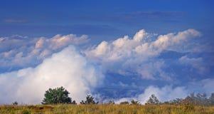 Nuvens abaixo em montanhas Carpathian imagens de stock royalty free
