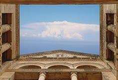Nuvens abertas do telhado do templo Fotografia de Stock