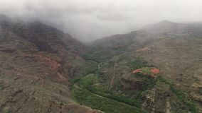 Nuvens acima da garganta de Waimea na ilha de Kauai, Havaí filme