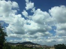 Nuvens acima de uma cidade nos montes imagem de stock