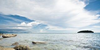 Nuvens agradáveis acima do mar Fotografia de Stock