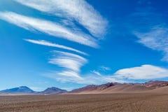 Nuvens agradáveis no deserto de Salar Pujsa - de Atacama, o Chile fotografia de stock
