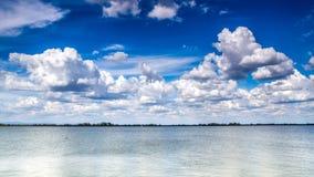 Nuvens agradáveis que rolam sobre Danube River Fotos de Stock Royalty Free