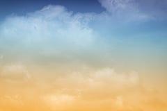 Nuvens alaranjadas & azuis pasteis Fotos de Stock Royalty Free