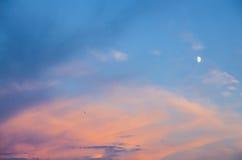 Nuvens alaranjadas com lua Imagens de Stock Royalty Free