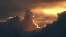Nuvens alaranjadas de ondulação bonitas do por do sol e avião de voo com contrail video estoque