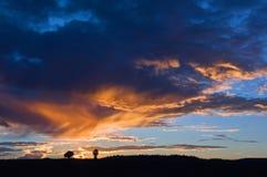 Nuvens alaranjadas do whith dramático do céu no por do sol no campo em Utá EUA Imagens de Stock