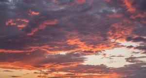 Nuvens alaranjadas e roxas no por do sol Foto de Stock