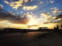 nuvens amarelas azuis da estrada da máscara do por do sol imagens de stock royalty free