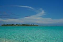 Nuvens arrebatadoras sobre o mar de turquesa. imagem de stock