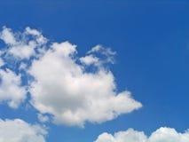 Nuvens azuis e brancas brilhantes Fotografia de Stock Royalty Free