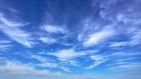Nuvens backlit calmas do lapso de tempo filme