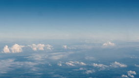 Nuvens bonitas através de uma janela do avião (a LR filtra, nenhum 2) video estoque