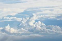 Nuvens bonitas com paisagem do céu azul fotografia de stock