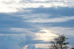 Nuvens bonitas com paisagem do céu azul fotografia de stock royalty free