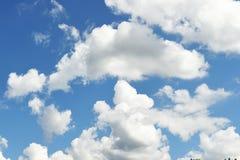 Nuvens bonitas com paisagem do céu azul imagem de stock