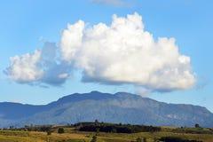 Nuvens bonitas com paisagem do céu azul da montanha fotografia de stock royalty free