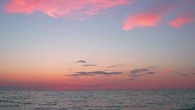 Nuvens bonitas do por do sol acima do mar aberto vídeos de arquivo