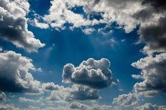 Nuvens bonitas do relevo imagem de stock