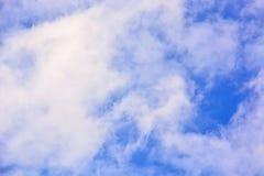 Nuvens bonitas e céu azul Imagem de Stock